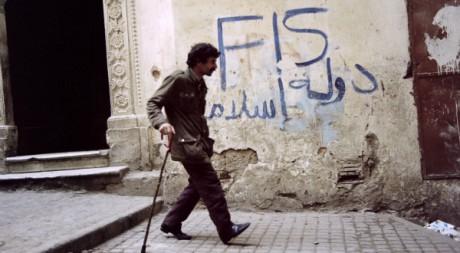 """Graffiti à Alger le 19 janvier 1992. """"FIS Etat islamique"""" écrit en arabe. AFP/ANDRE DURAND ABDELHAK SENNA"""