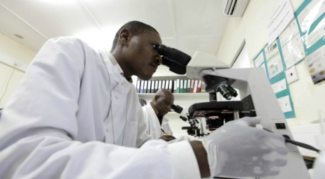 Un chercheur de l'Institut de recherche médical du Kenya. REUTERS/Joseph Okanga.