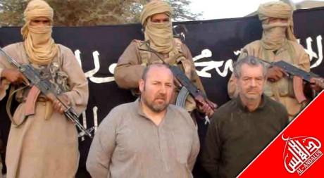 Les otages Philippe Verdon et Serge Lazarevic entourés de membres d'AQMI, le 13 décembre 2011. REUTERS/Handout.