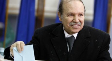 Abdelaziz Bouteflika vote pour les élections municipales le 29 novembre 2007.  Reuters/Zohra Bensemra
