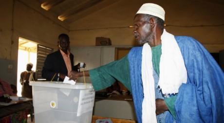 Un Sénégalais vote pour l'élection présidentielle, le 26 février 2012, à Dakar. REUTERS/Youssef Boudlal