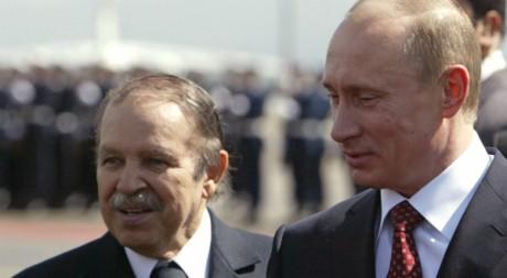 Abdelaziz Bouteflika reçoit Vladimir Poutine à Alger le 10 mars 2006.  AFP/FAYEZ NURELDINE