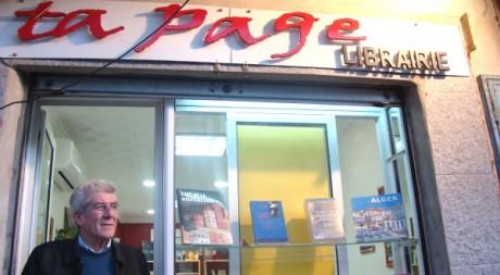 Ramdane Iftini devant sa librairie ©Sarah Elkaïm