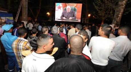 Des Algériens suivent un discours du président Bouteflika, le 15 avril 2011 à Tlemcen. AFP PHOTO / FAROUK BATICHE