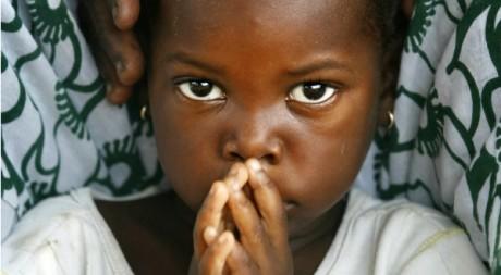 Une petite sénégalaise assiste à une réunion contre les mutilations génitales, septembre 2007. REUTERS/Finbarr O'Reilly