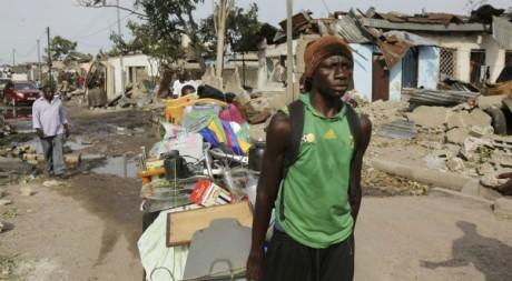 Un habitant ramasse ses affaires après l'explosion à Brazzaville le 5 mars 2012 Reuters/Stringer