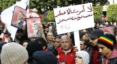 """""""Non à l'Amérique, non au Qatar, peuple tunisien peuple libre"""". Manifestation à Tunis, 14 janvier 2012. REUTERS/Zoubeir Souissi"""