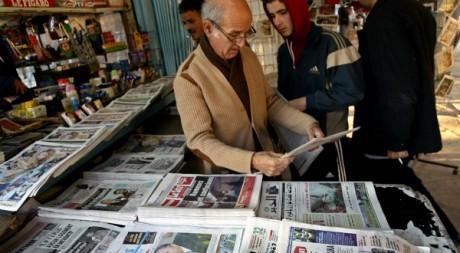 Un kiosque à journaux à Alger. © REUTERS/Louafi Larbi