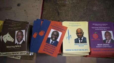 Des bulletins de vote des candidats à la présidentielle sénégalaise, lors du premier tour, 26 février 2012. © REUTERS/Stringer