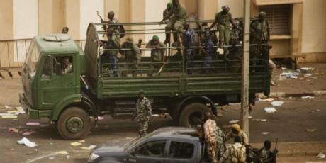 Des soldats maliens devant la radio nationale malienne, après le coup d'Etat, 22 mars. © REUTERS/Stringer
