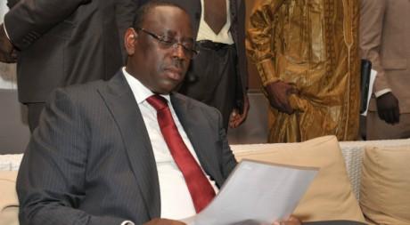 Macky Sall, relisant son premier discours de victoire, Dakar, 25 mars 2012 AFP PHOTO / SEYLLOU