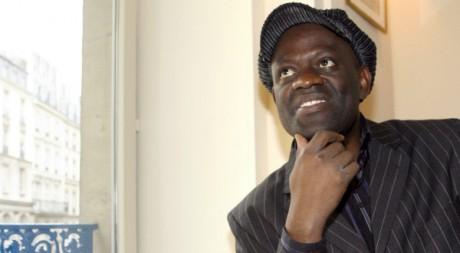 L'écrivain franco-congolais Alain Mabanckou peu après la remise du prix Renaudot, Paris, novembre 2006 AFP PHOTO/Bertrand Guay
