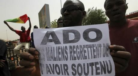 Un bamakois manifeste son soutien à la junte le 29 mars 2012, à l'aéroport de Bamako REUTERS/Luc Gnago