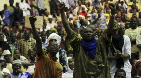 Maliens originaires du nord, lors d'un meeting au Palais des Congrès à Bamako, 4 avril 2012REUTERS/Luc Gnago