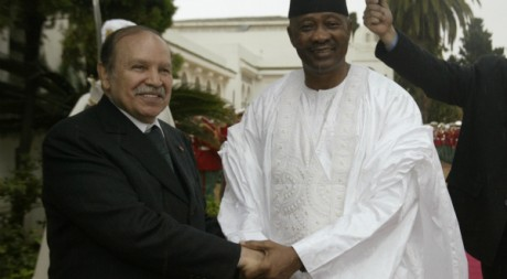 Rencontre entre Abdelaziz Bouteflika et Amadou Toumani Touré à Alger le 25 novembre 2007. Reuters/Louafi Larbi