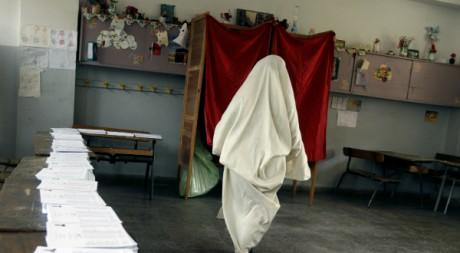 Une Algérienne dans un bureau de vote lors du scrutin des législatives de 2007. © REUTERS/Zohra Bensemra