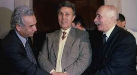Ahmed Ben Bella (au centre) en compagnie de Hocine Aït Ahmed et Abdenou Ali Yahia, janvier 1995. © REUTERS/Paolo Cocco