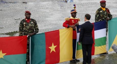 Nicolas Sarkozy, saluant la parde militaire des armées africaines des ex-colonies, 14 juillet 2010, REUTERS/Mal Langsdon