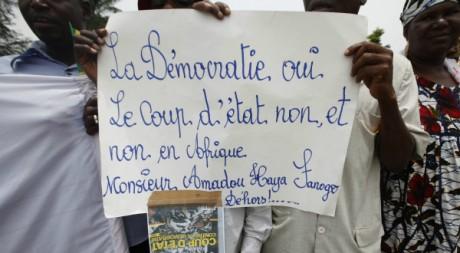 Manifestants anti junte à Abidjan, 27 mars 2012 REUTERS/Thierry Gouegnon
