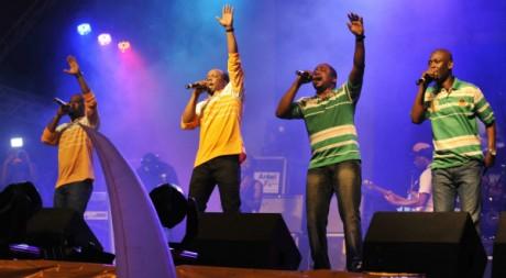 Asalfo (3ème en partant de la g.), lead vocal de Magic System et sa bande à Abidjan, juin 2011 AFP PHOTO/Sia Kambou