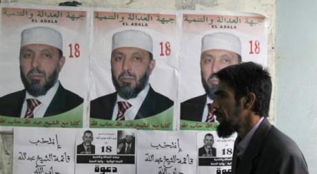 Affiche du candidat Sheikh Abdallah Djaballah à Medea, à 100 kilomètres d'Alger le 22 avrilReuters/Louafi Larbi
