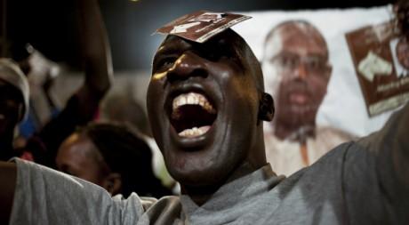 Un partisan de Macky Sall célèbre la victoire à la présidentielle le 25 mars 2012. REUTERS/Joe Penney