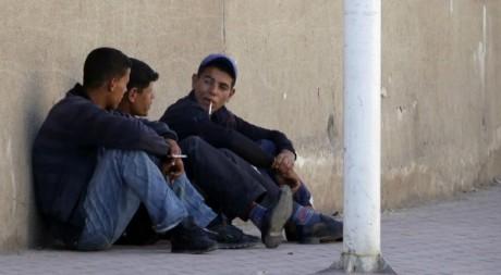 Des jeunes Algériens tiennent le mur le 24 juin 2010.  Reuters/Louafi Larbi