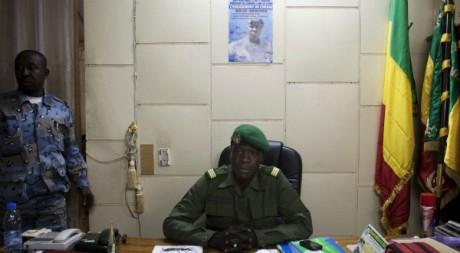 Amadou Sanogo pose pour la postérité après avoir accepté d'abandonner le pouvoir, Camp de Kati, 7 avril 2012 REUTERS/Joe Penney