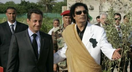 Le guide Mouammar Kadhafi accueille le président français Nicolas Sarkozy à Tripoli le 25 juillet 2007Reuters/Pascal Rossignol