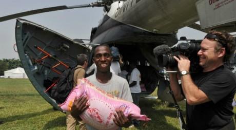 Un homme décharge un sac de riz à Abidjan, Côte d'Ivoire, le 1er Janvier 2011. ISSOUF SANOGO / AFP