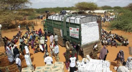 distribution de nourriture au camp de réfugiés de Dadaab, à la frontière somalienne, le 23 juillet 2011. REUTERS/Handout .