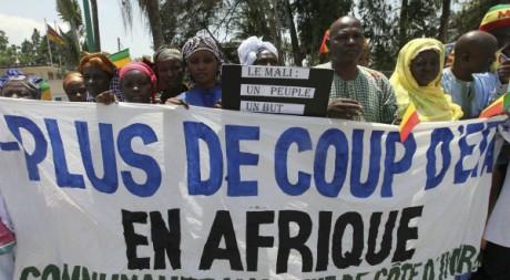 Ressortisants maliens manifestant lors d'une réunion de la Cédéao, Abidjan, 26 avril 2012, REUTERS/Luc Gnago