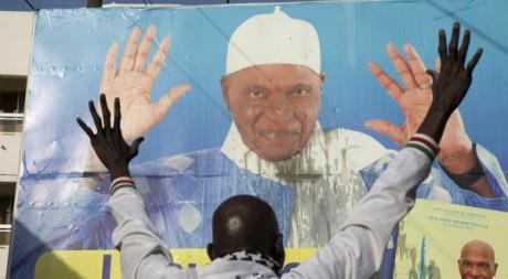 Un membre du mouvement Y'En A Marre, opposé à l'ex-président sénégalais Wade