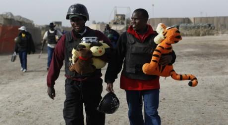 Deux mercenaires ougandais quittent la base américaine de Kalsu, en Irak, le 5 décembre 2011        REUTERS/Shannon Stapleton