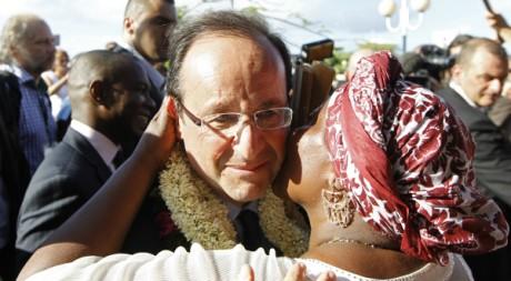 François Hollande à son arrivée à l'aéroport de Dzaoudzi, à Mayotte, le 31 mars 2012. REUTERS/Charles