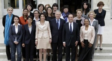 François Hollande, son Premier ministre et les membres féminines de son gouvernement, Elysée, 17 mai 2012, REUTERS/P. Rossignol