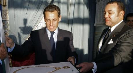 Mohammed VI décore Nicolas Sarkozy de la médaille de l'ordre de Mohammed V, la plus haute distinction marocaine REUTERS/POOL New