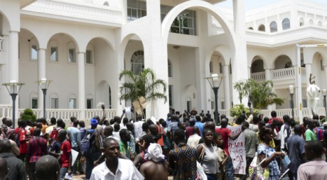 Manifestants occupant le palais présidentiel de Koulouba, lundi 21 mai 2012, Bamako, REUTERS/Stringer