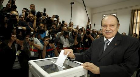 Le président Bouteflika vote à Alger, 10 mai 2012. Zohra Bensemra/Reuters