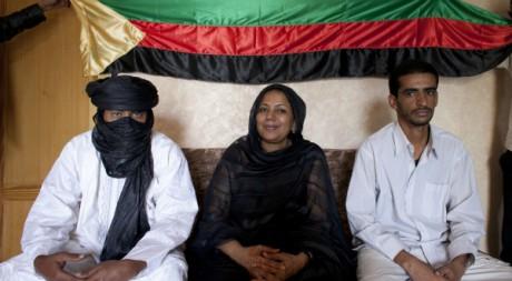 Des membres du bureau politique du MNLA posent avec le drapeau de l'Azawad, Nouakchott, 19 mai 2012, REUTERS/Joe Penney