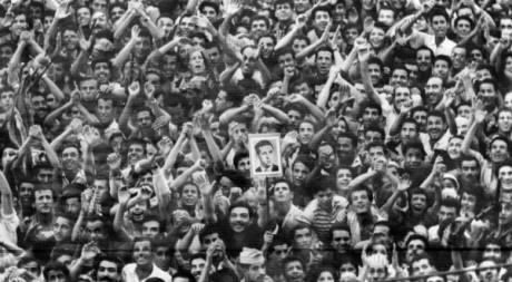 La foule acclame Ahmed Ben Bella à son arrivée à Alger le 4 août 1962. ©AFP