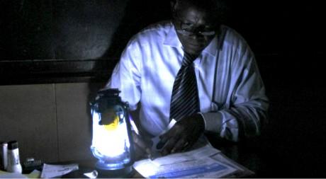 Dépouillage électoral à la lampe-pétrole lors des présidentielles, Yaoundé, 9 octobre 2011, REUTERS/Akintunde Akinleye
