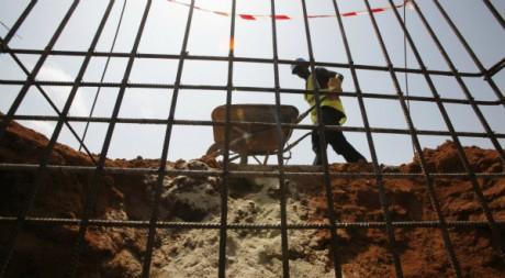 Ouvrier sur le chantier de construction du troisième pont d'Abidjan,18 mai 2012, REUTERS/Thierry Gouegnon