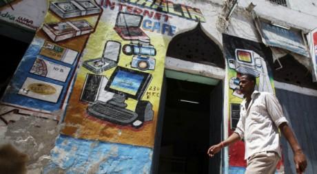 Un passant devant un cybercafé à Mogadiscio, Somalie, 16 mai 2012REUTERS/Ismail Taxta