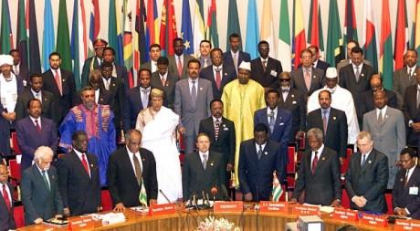 Minute de silence en mémoire des fondateurs de l'OUA dont le roi marocain Hassan II, le 10 juillet 2000 au Togo. AFP/A.SANOGO