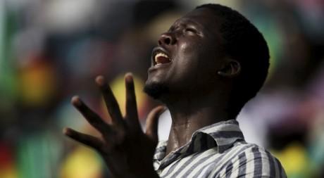 Un homme en prière lors de la visite du pape Benoît XVI à Cotonou, 20 novembre 2011,REUTERS/Afolabi Sotunde