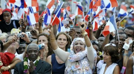 Des mahorais brandissent des drapeaux français pendant un discours de Nicolas Sarkozy, le 18 janvier 2010 REUTERS/POOL New