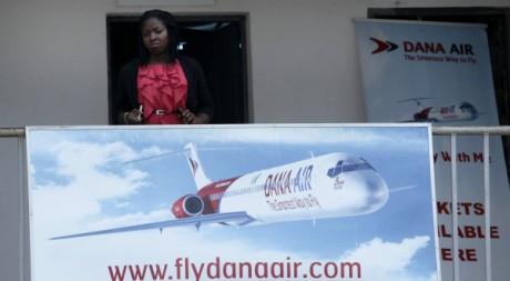 Une employée devant une agence Dana Air, dont un appareil s'est écrasé à Lagos, Abuja, 4 juin 2012, REUTERS/Stringer