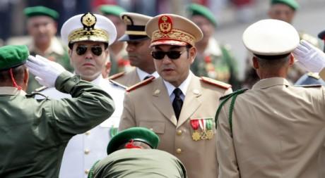 Mohammed VI passe les troupes en revue à l'occasion du 50ème anniversaire des Forces armées royales. AFP/ABDELJALIL BOUNHAR