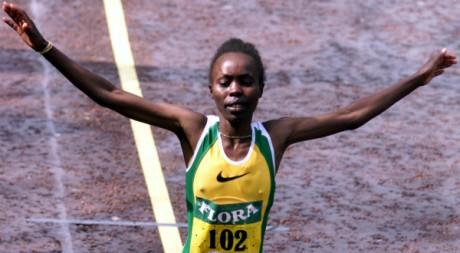 Tegla Loroupe gagne le marathon de Londres en 2h24, le 16 avril 2000. REUTERS/Ian Waldie